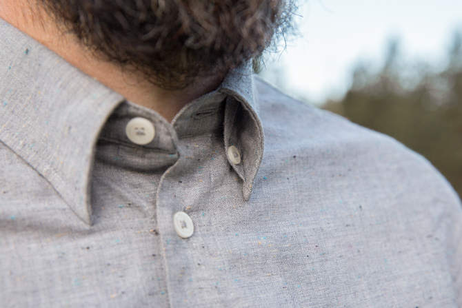 Col button-down caché