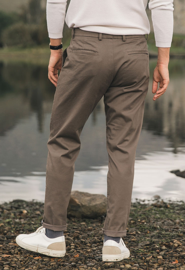 zoom matière chino taupe